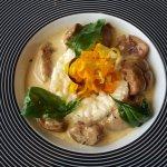 rognons et risotto surmonté d'une fleur de courgettes et feuilles de basilic passées à la friteu