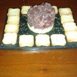 tartar de atún sobre crema de mostaza de Dijon
