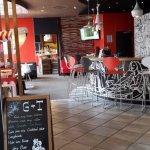 Blick zur kleinen Bar mit Eingang zum Frühstücksraum