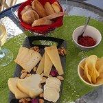 Mini Tábua de queijos, doce de tomate, tostas e pão do monte,  batata chips,