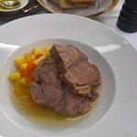 sehr gutes Suppenfleisch auf Gemüsekartoffeln mit Meeretich in einer Sauciere !