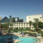 Photo de Tropicana Las Vegas - A DoubleTree by Hilton Hotel