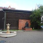 Памятник во дворе