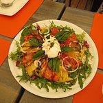 Une superbe et succulente salade de tomate. Nous l'avons partagée à 4 comme entrée