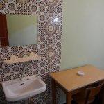 Waschbecken und Schreibtisch