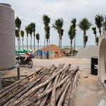 """Il faut traverser cette zone de travaux pour accéder à la plage """"Dongtan Beach""""."""