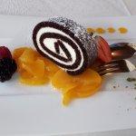 Dessert: rotolo al cioccolato e limone con pesche
