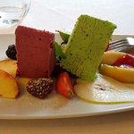 Dessert: semifreddo ai frutti di bosco e menta con frutta fresca