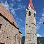 Pfarrkirche von Niederlana. Der 79m hohe Glockenturm steht frei.