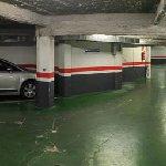 Vista del garaje. Algunas plazas son complicadas, pues los coches quedan muy juntos