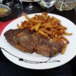 Portata principale : costata di manzo e patate fritte