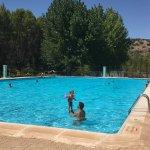 La piscina está genial y tiene chiringuito. Horario de 12 a 20h