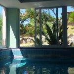 Piscina interna con acqua termale e splendida vista giardino