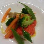 Bacalao confitado salsa de pimiento ahumado e verduras escalfafas