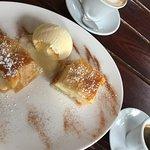 Gries-Nachspeise mit Vanilleeis