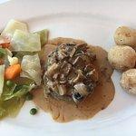 Menú de mediodía, plato principal, solomillo con verduras y papas arrugadas