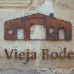 Cartel de la entrada a La Vieja Bodega