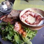 salade avec camenbert roti au lard.