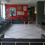 Una parte della hall dell'albergo
