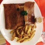 Galette La Valancay : steack grillé, oeuf à cheval, emmental, sauce au poivre, frite maison