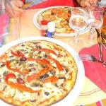 Pizza poivrons champignons & tomates fraiches aubergines