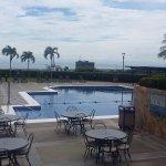 A la derecha se encuentra el bar, la piscina es de 7 pies de profundidad.