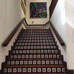 Amplias escaleras permiten el acceso a los distintos niveles.