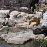 左が床岩、右は亀岩