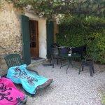 La petite terrasse extérieure avec la pergola végétales
