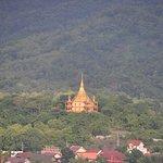 プーシーの丘の頂上から見えるポーンパオ寺の金塔