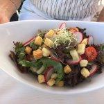 Saisonale Blattsalate mit Radieschen, Kirschtomaten, Croutons, Sprossen und Dressing nach Wahl