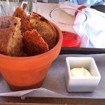 Originelle Art: Tomatenbrot und Chörndliknäckebrot mit der Butter
