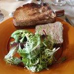 Terrine de foie gras et pied de cochon entouré d'une feuille de choux