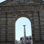 Porte d'Aquitaine et obélisque depuis la rue Sainte Catherine