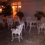 Jardín del ingreso, bellísima iluminación y vegetación, ideal para compartir un trago.