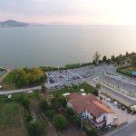 Vista Drone del ristorante zero7cinque Lago e veduta del Lago Trasimeno.