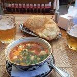 Lecker Suppe mit Teigtaschen und saure Sahne