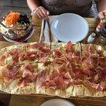 1/2 Meter Pizza mit Parmaschinken und Teile die in einem Restaurant im Salat nichts verloren hab