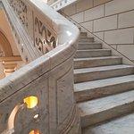 Detalle de escalera de mármol blanco Carrara
