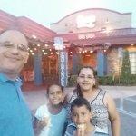Mi familia en la entrada de Chevys... Nos encanto el lugar!