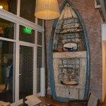 Sector de descanso frente a una estufa a leñas, frente al bote que obra de adorno original.
