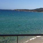 Vue depuis la chambre (le lit) sur le balcon la plage et la mer