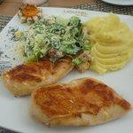 Disfrutando de este delicioso pollo al grill, con ensalada cesar y puré de papas. Exquisito!