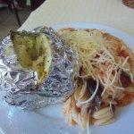 pomme de terre au four et pâtes grecques en sauce.