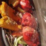 Auberginenscheiben im Kichererbsenteig, in Rote Beete mariniertes Huhn