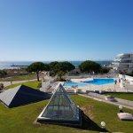 Vue sur la piscine, le jardin et la mer