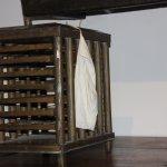 couveuse d'œufs de vers à soie (en bois) et poches cotons pour les mémés qui couvaient les œufs.
