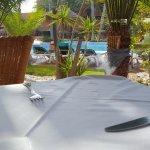 Comedor con vistas a piscina exterior.