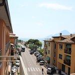 La rue passant au pied de l'hôtel