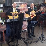 Música en Vivo durante la hora de almuerzo, día de la visita el 25 de Junio 2017